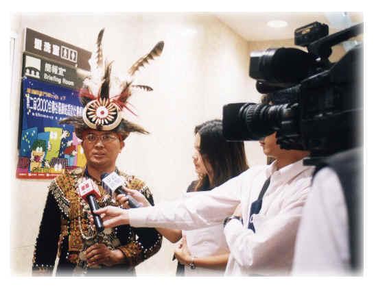 頒獎典禮進行中,尚未公布名次時,透過記者私下告知榮獲特優第一名,即硬著請賴約翰到室外受媒體採訪。