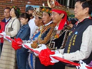 開幕剪裁 ,右二理事長梁明輝,右三原民立委簡東明。《攝影/賴約翰》