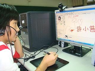 排灣族武潭國小學生深愛遠距視訊課輔 的互動,每週一、四下午四點到六點,與嘉義大同技術學院課輔老師作國語數學英語的線上互動教學。 《攝影/賴約翰》