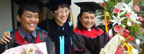 畢業典禮當日南神院長吳富雅牧師(中)與許瑞美傳道(左)、蔡愛蓮牧師(右)合影留念