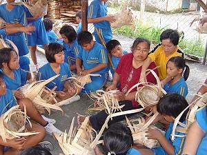 屏東縣武潭國小平和分校學童學會傳統編織文化並數位化。《攝影/黃信義》