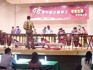於屏東縣立藝術館比賽武潭國小打擊樂演奏。《攝影/吳鳳》