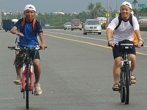從潮州同行的倆位同學經佳冬戰備跑道順道將相會另一位等候的同學。《攝影/賴約翰》
