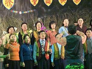 佳崇教會在2008年春日鄉聯合慶祝聖誕,筆者(賴約翰)指揮沈秀玉伴奏「更高處」曲,博得全鄉族人如雷掌聲。《攝影/    》