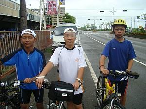 三人相會在近水底寮屏鵝公路旁同學家。《攝影/賴約翰》