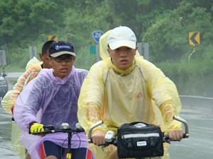 過竹坑部落穿著簡便雨衣前行。《攝影/賴約翰》