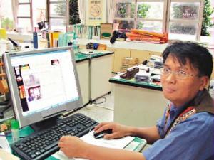 泰武鄉武潭國小老師賴約翰架設排灣族小米園,是國外搜尋台灣原住民文化的熱門網站。《記者林順良/攝影》