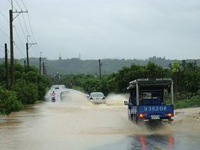 屏東沿山公路58公里處遇大雨一片汪洋 車子無法通行必需繞道更遠的屏鵝公路 ,水漸退車子強行通過。《攝影/賴約翰》