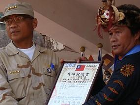 中央教會軍事化配階四顆星的陳鴻明牧師(左)頒授大頭目證書。《攝影/賴約翰》